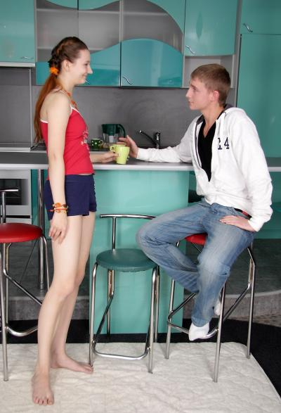 Молодые устроили секс на кухне 1 фото