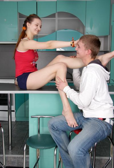 Молодые устроили секс на кухне 2 фото