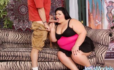 Трахает очень толстую бабу и кончает ей в рот 2 фото