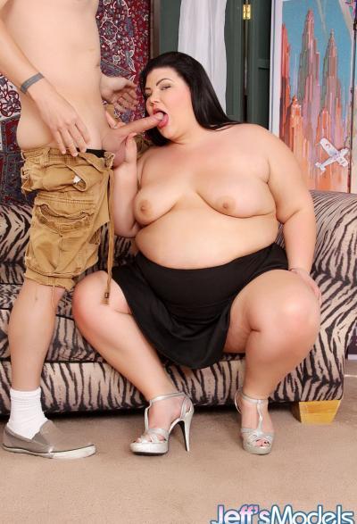 Трахает очень толстую бабу и кончает ей в рот 3 фото