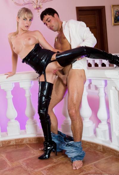 Секс с молоденькой блондинкой в латексе 7 фото