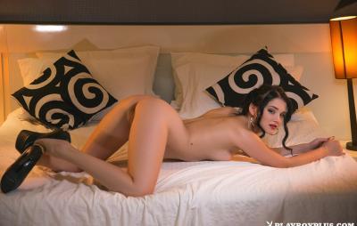 Молодая брюнетка соло показывает свое нежное тело 10 фото