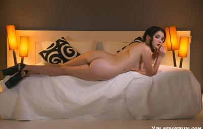Молодая брюнетка соло показывает свое нежное тело 12 фото