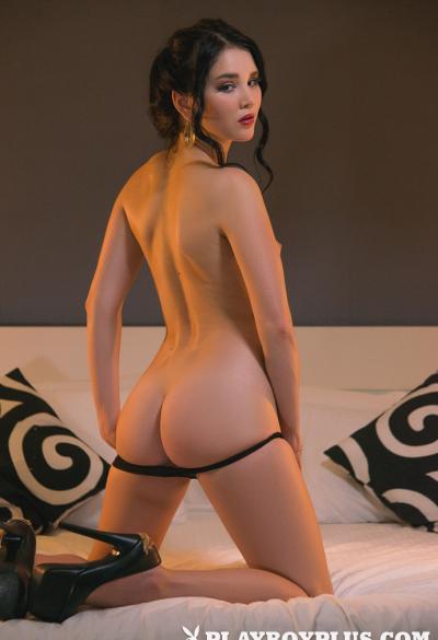Молодая брюнетка соло показывает свое нежное тело 3 фото