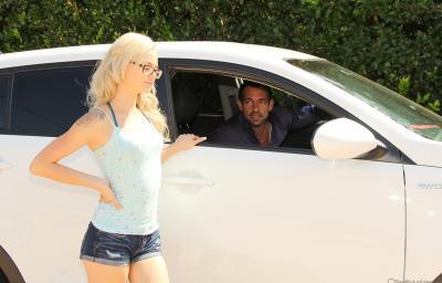 Крутой чувак прокатил молоденькую блондинку в очках на члене 2 фото