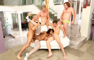 Четверо белых парней толпой ебут негритянку 13 фото