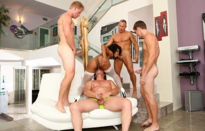 Четверо белых парней толпой ебут негритянку 5 фото