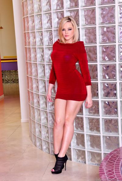 Блондинка с большой попкой показывает стриптиз 1 фото