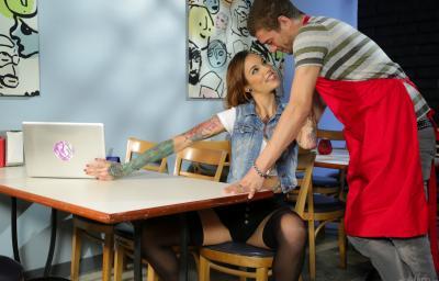 Официант трахнул татуированную клиентку в чулках 4 фото