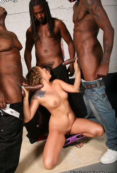 Кудрявой блонде захотелось крупных черных членов 13 фото