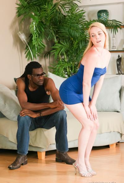 Негр кончил красивой блондинке в рот после секса 2 фото
