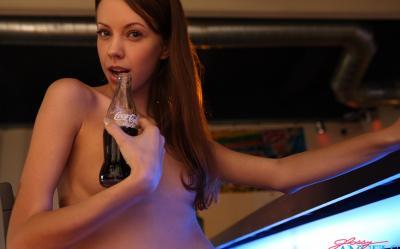 Русская молодая барменша подрабатывает стриптизершей 15 фото