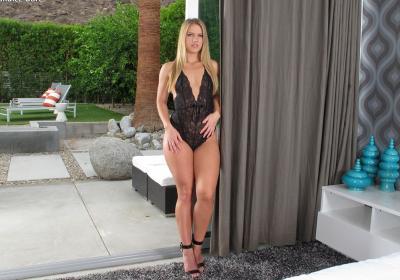 Блондинка с большой попкой мастурбирует фаллосом 1 фото