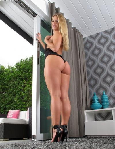 Блондинка с большой попкой мастурбирует фаллосом 3 фото