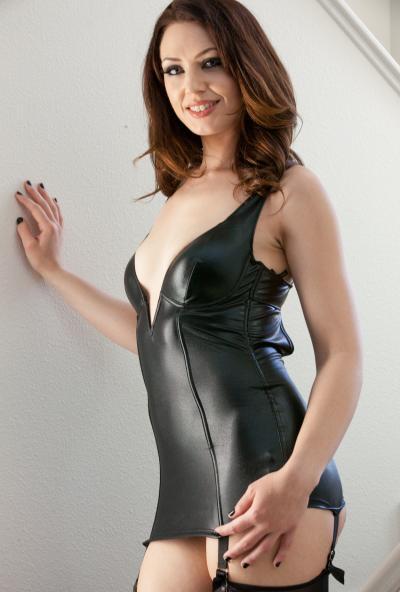 Брюнетка в латексных чулках и платье 1 фото