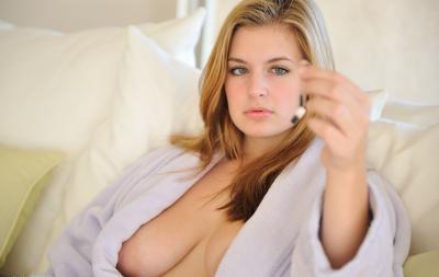 Красивая блондинка показывает соски и писю крупным планом 3 фото