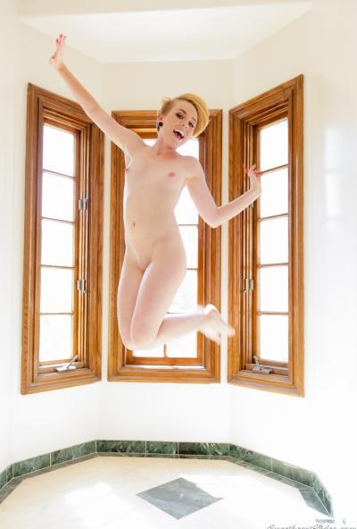Голая блондинка с сочной попкой 10 фото