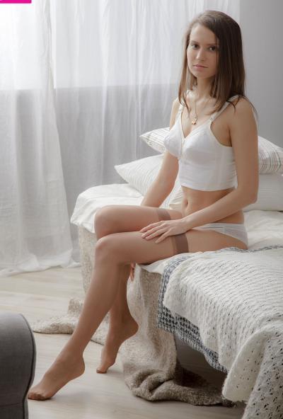 Молоденькая брюнетка в чулках страстно мастурбирует 1 фото