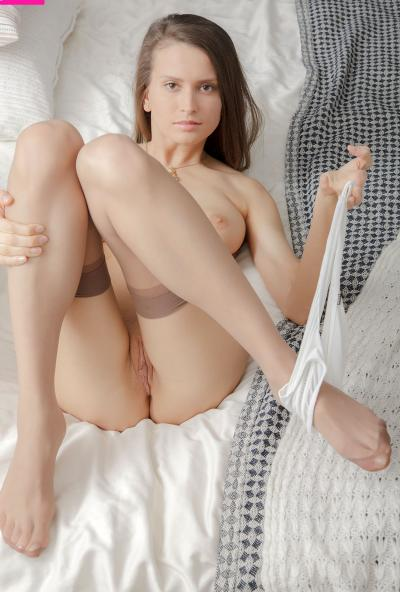 Молоденькая брюнетка в чулках страстно мастурбирует 8 фото
