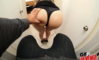 Девушка с пирсингом в сосках красится перед страстным сексом 5 фото