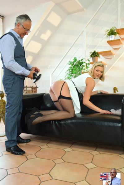 Блондинка в чулках устроила фотосессию своих дырок 11 фото
