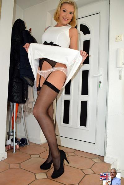 Блондинка в чулках устроила фотосессию своих дырок 3 фото