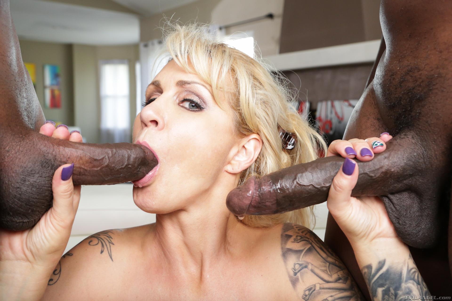 Зрелую блондинку трахают втроем, сладкий секс фото-видео