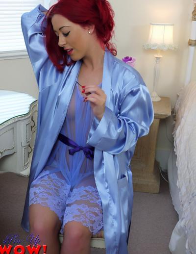 Рыжая девушка в прозрачном халате и трусиках 5 фото