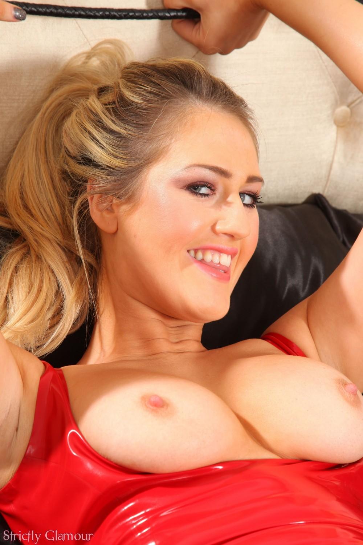 Красивая блондинка любит анальные шарики