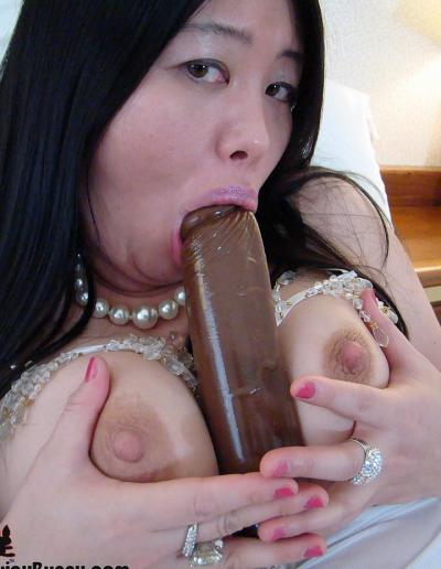 Пухлая азиатка заглатывает шоколадный член 16 фото