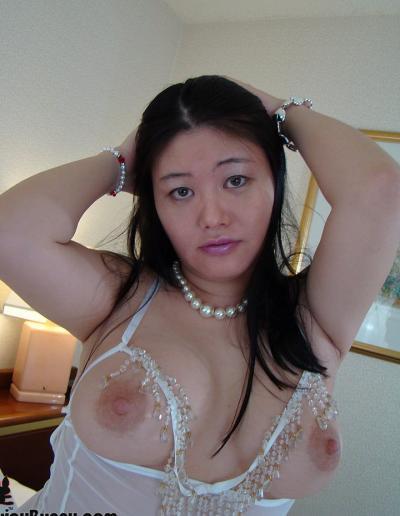 Пухлая азиатка заглатывает шоколадный член 2 фото