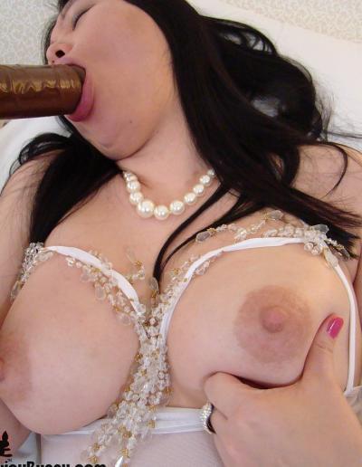 Пухлая азиатка заглатывает шоколадный член 4 фото