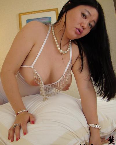 Пухлая азиатка заглатывает шоколадный член 9 фото