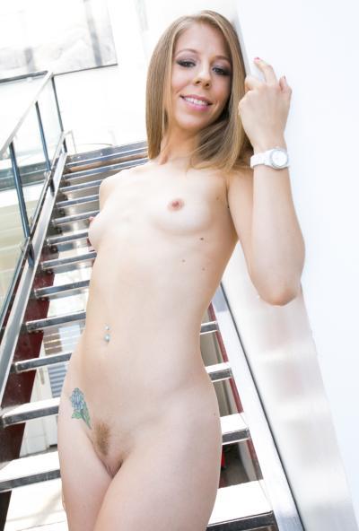 Голая молодая красавица с классной попкой 6 фото
