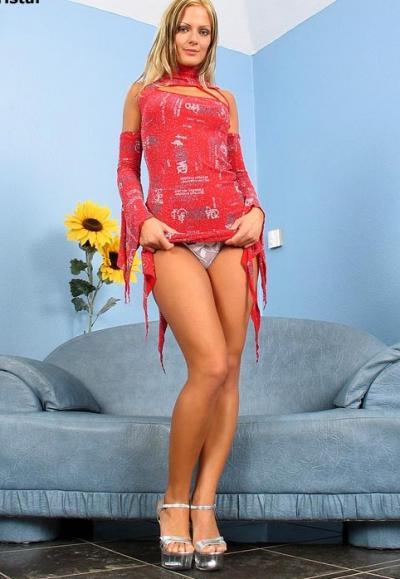 Блондинка засовывает в попу анальные шарики 2 фото