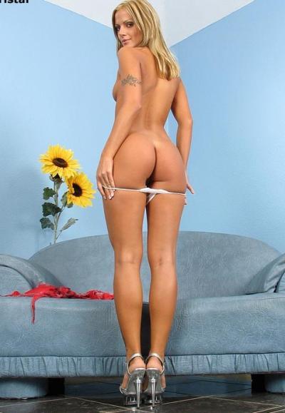Блондинка засовывает в попу анальные шарики 4 фото