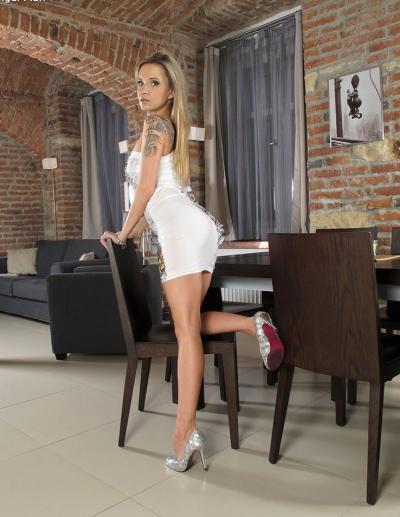 Длинноногая голая блондинка 2 фото