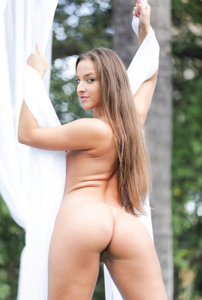 Молодая порномодель показывает стриптиз 15 фото