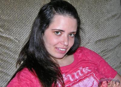 Молодая брюнетка показала волосатый анал 1 фото