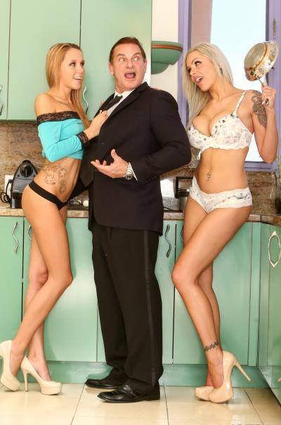 Две горячие блондинки трахнули мужика в костюме 5 фото