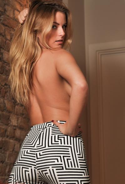 Блондинка с сочными дойками в обтягивающих штанах 9 фото