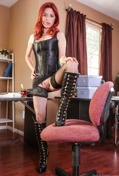 Рыжая девушка раздвигает ножки 1 фото