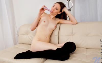 Молодая девушка Aria Amor мастурбирует самотыком 15 фото