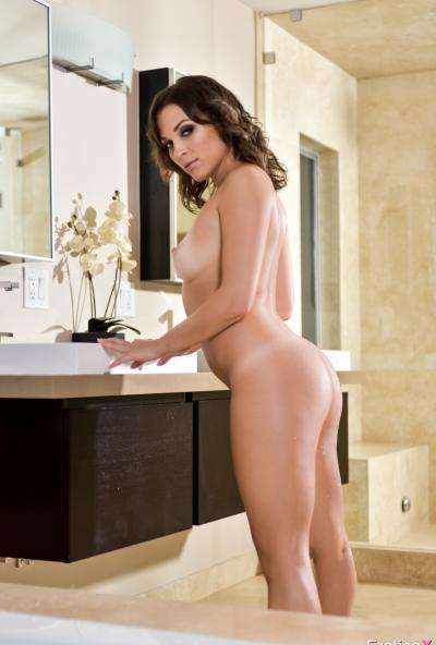 Голая девушка в ванной 14 фото