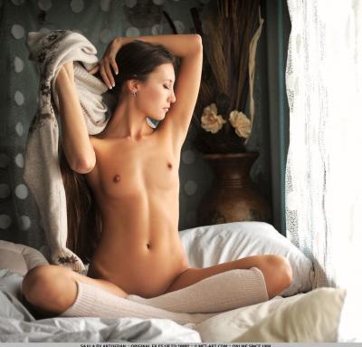 Голая брюнетка кувыркается в постеле 15 фото