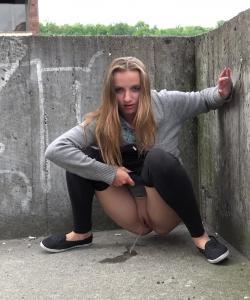 Девушка писает на улице