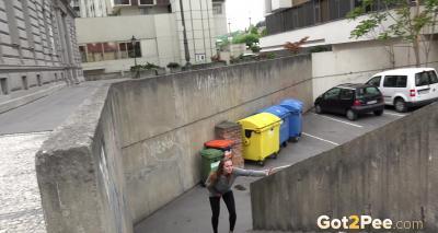 Девушка писает на улице 2 фото