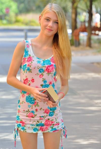 Молоденькая блондинка разделась на улице 1 фото