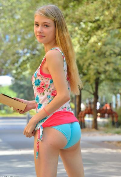 Молоденькая блондинка разделась на улице 2 фото