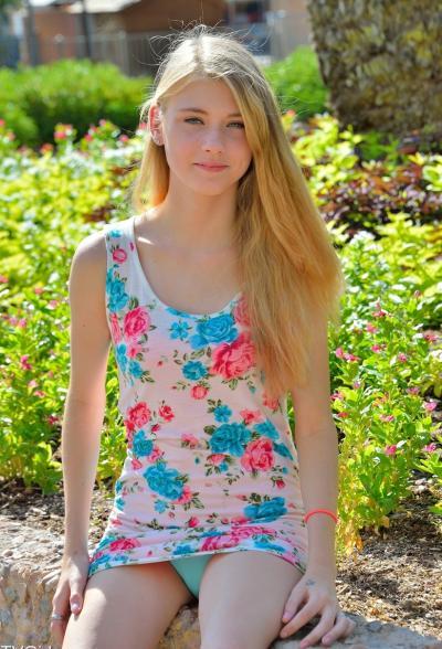 Молоденькая блондинка разделась на улице 3 фото